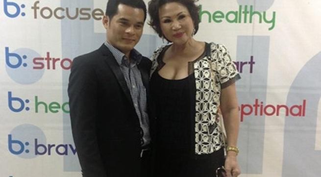 Bồ Vũ Hoàng Việt diện áo quá đỗi sexy, đi giao lưu cùng doanh nhân