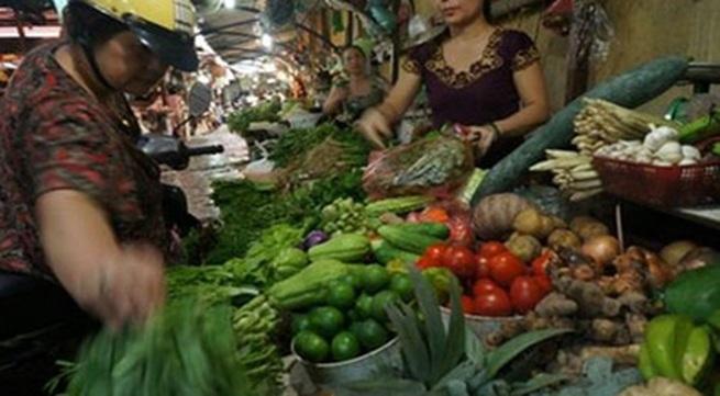 Sắp bão, người dân đổ đi mua thực phẩm tích trữ