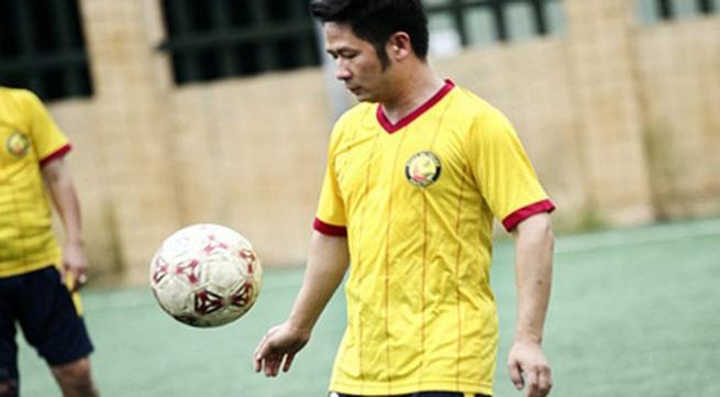 Vừa về đến Việt Nam, Bằng Kiều đã đối đầu Tuấn Hưng trên sân bóng