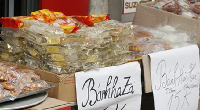 Bánh Trung hạ giá 2.000 đồng/chiếc, mua 10 tặng 1