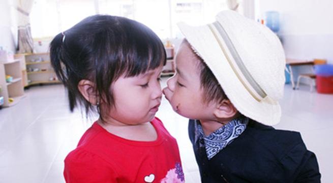Con trai Lý Hải đòi hôn bạn gái cùng lớp trong sinh nhật 2 tuổi
