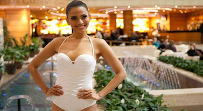 Trương Thị May ấn tượng khi chụp hình với áo tắm