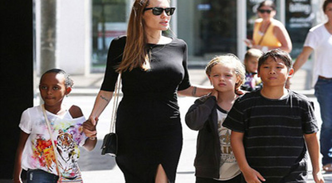 Angelina Jolie 'thả rông' xuống phố khoe ngực đầy khó tin