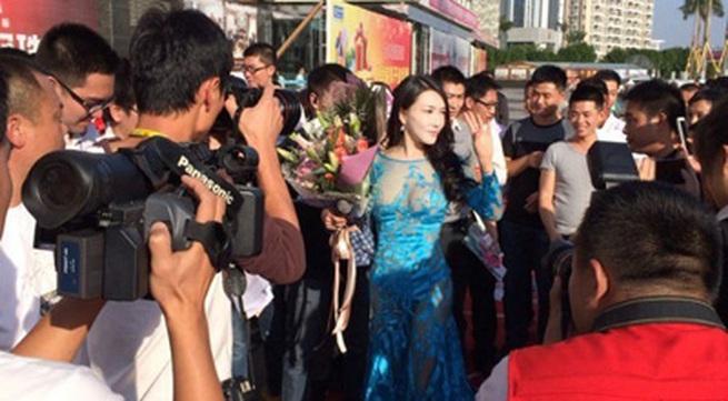 'Tân Phan Kim Liên' náo loạn thảm đỏ vì mốt 'mặc cũng như không'