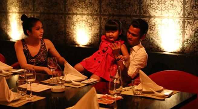 Phan Thanh Bình đưa vợ đẹp, con xinh đi chơi khuya