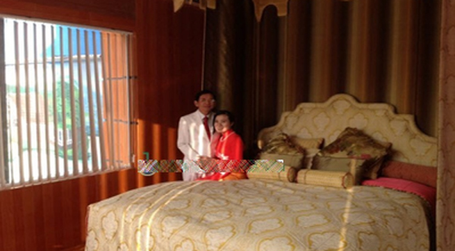 Đại gia Lê Ân và vợ khoe siêu giường 6 tỷ