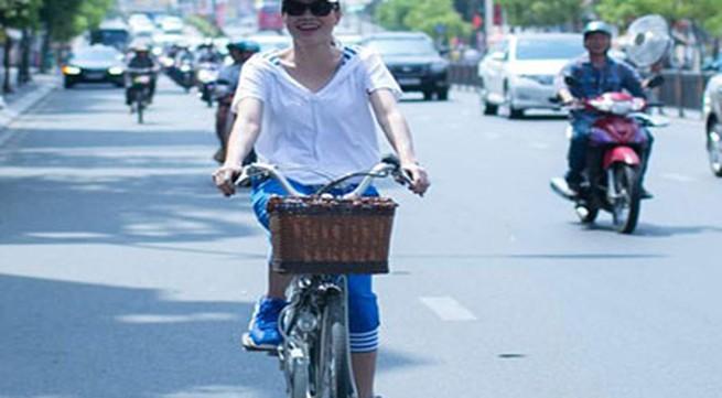 Mỹ Tâm gây bất ngờ khi đạp xe đi gặp fan giữa trời nắng gắt