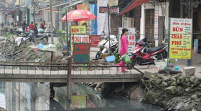 """Hà Nội: Rùng mình """"xóm nước đen"""""""