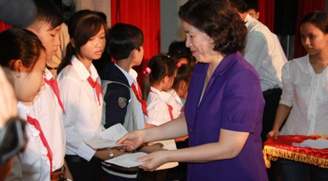 Vinamilk trao học bổng cho học sinh nghèo, mồ côi, khuyết tật tại Bến tre