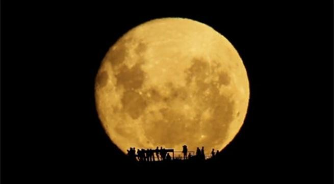 Cận cảnh trăng lên tuyệt đẹp ở New Zealand