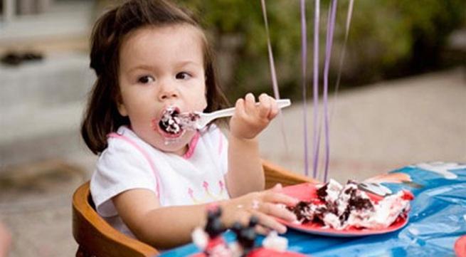 Mẹo hay để trẻ tự ăn