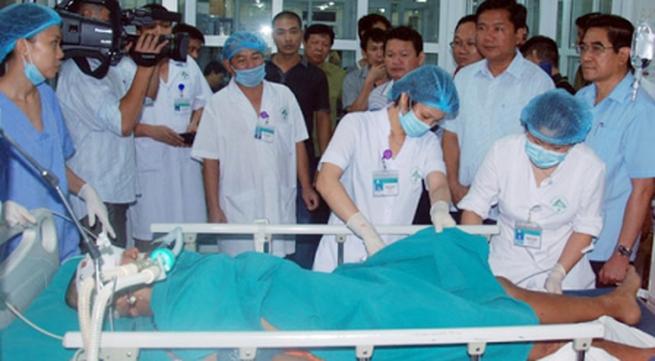 """""""Chi viện"""" bác sĩ  cấp cứu, điều trị nạn nhân vụ tai nạn giao thông tại Lào Cai"""
