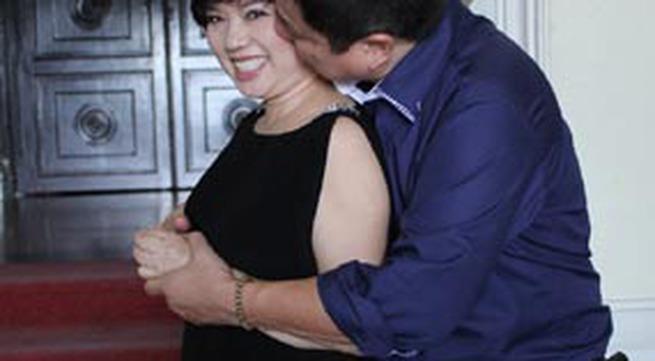 """Táo Giao thông Chí Trung """"cưỡng"""" hôn vợ tại Nhà hát Lớn TP HCM"""