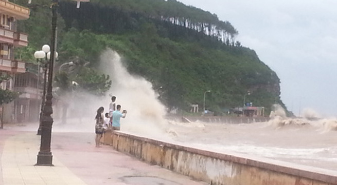 Háo hức xem bão số 6, một học sinh bị cuốn trôi xuống biển