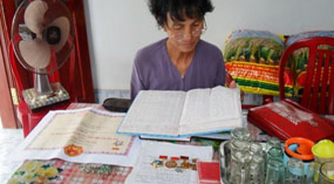 Nữ thương binh học tập và làm theo lời Bác