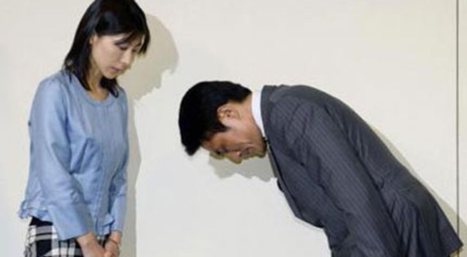 Vì lỡ lời giục nhân viên nữ lấy chồng mà cả sếp lẫn Thủ tướng Nhật Bản đều phải cúi đầu xin lỗi