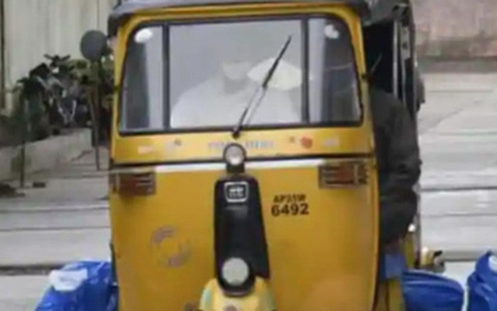 Bức ảnh chở thi thể nạn nhân Covid-19 bằng xe tuktuk