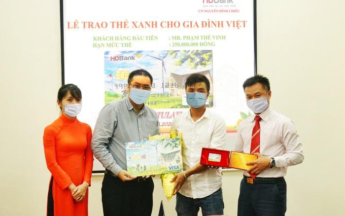 """HDBank trao """"Thẻ Xanh cho gia đình Việt"""" cho khách hàng đầu tiên - xổ số ngày 31102019"""