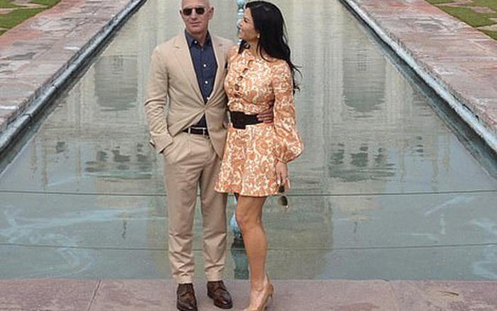"""Tỷ phú Amazon cùng bạn gái chụp ảnh tình tứ trước ngôi đền tình yêu nổi tiếng, """"kẻ thứ 3"""" bị dân mạng ném..."""