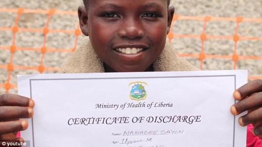 Cậu bé Mamadee Sayon đã hồi phục và trở về nhà. Ảnh: Youtube