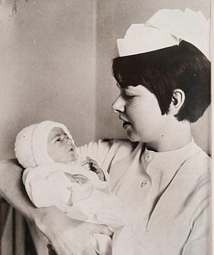 """""""Cô bé thùng rác"""" yên bình trên tay một nữ y tá vào 40 năm trước"""