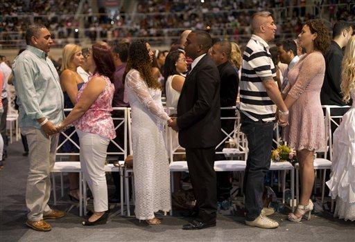"""Được đặt tên là """"Dia do Sim - I Do Day, sự kiện này có sự tham gia của 12.000 người, trong đó có các cặp cô dâu-chú rể, những người thân trong gia đình,bạn bè của họ, các vị linh mục, giới chức và người dân địa phương."""