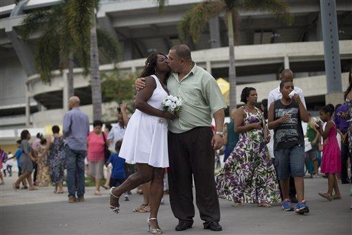 Các cặp vợ chồng tại lễ cưới tập thể cũng nhận được lời chúc phúc từ các linh mục Công giáo và mục sư đạo Tin Lành.Những người tham dự cảm thấy vô cùnghạnh phúc.