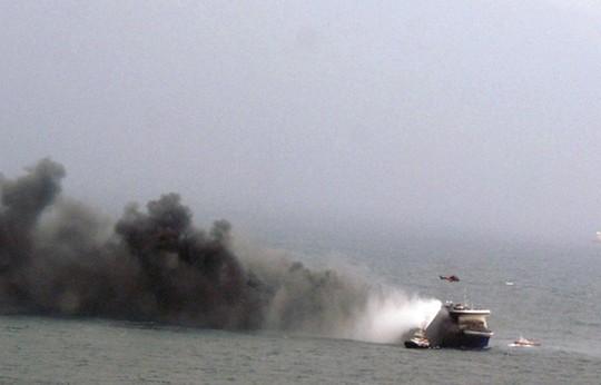 Le ferry italien Norman Atlantic en flammes, secouru le 28 décembre 2014 au large de la Grèce.