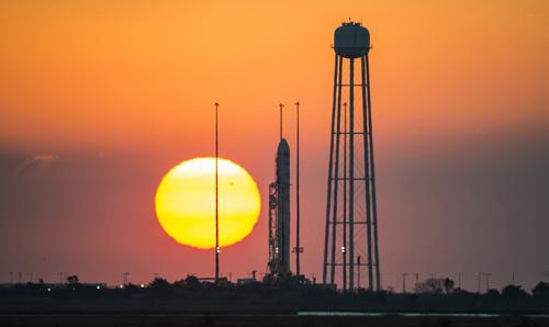 Tên lửa Antares nằm trên bệ phóngPad-0A ởcăn cứ của Cơ quan Hàng không Vũ trụ Mỹ (NASA) tại Wallops, bang Virginia, hôm 26/10. Ảnh: Reuters