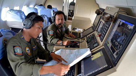 Hai thành viên của hải quân Indonesia trên một máy bay tham gia tìm kiếm QZ8501.