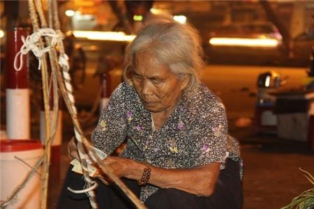 Cuộc đời buồn của cụ bà 82 tuổi gánh hàng mưu sinh trong đêm 11