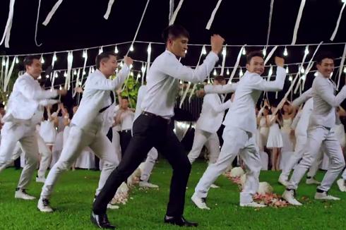 Tiền đạo Công Vinh nhảy cực sung trong đám cưới