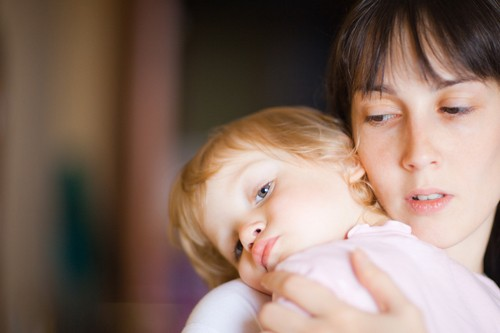 Sự vất vả, tốn kém trong việc nuôi dưỡng trẻ là một trong những nguyên nhân khiến nhiều phụ nữ không muốn sinh con.  Ảnh: T.L