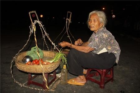 Cuộc đời buồn của cụ bà 82 tuổi gánh hàng mưu sinh trong đêm 4