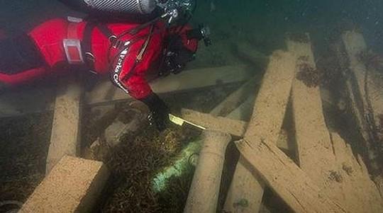 Một nhà nghiên cứu xem xét xác tàu HMS Erebus. Ảnh: Parks Canada