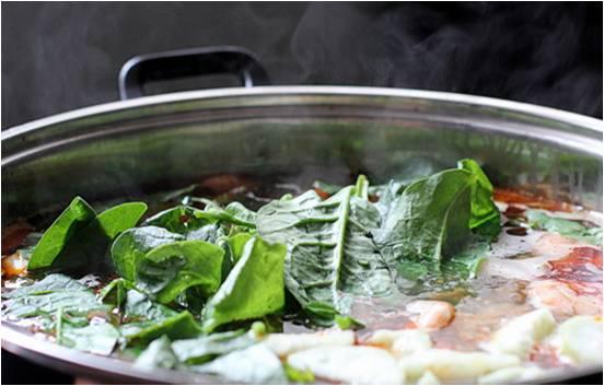 Cho nước dùng ra lẩu và chuẩn bị mọi thứ sẳn sàng, ăn đến đâu cho tôm, riêu vào đến đó. Rau, hành lá cắt khúc vào ăn cùng với bún kèm chén nước mắm mặn và ít ớt cắt khoanh chấm tôm.