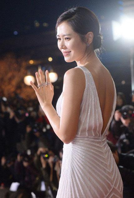 Son Ye Jin trông vô cùng quyến rũ và thanh lịch với đầm trắng.