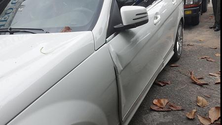 Cánh cửa ô tô của siêu mẫu Thanh Hằng sau tai nạn