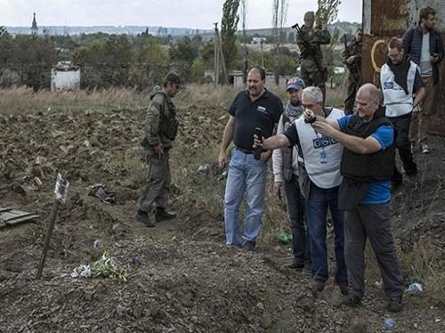 Chuyên gia OSCE chụp ảnh các hố chôn tập thể, nơi một số nạn nhân bị mất nội tạng.