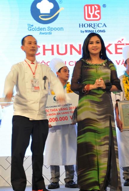 Ca sĩ Thanh Lam và siêu đầu bếp David Thái lên sân khấu trao giải cho đội nhận giải Nhì
