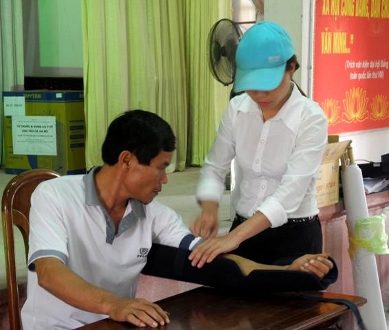 Điều dưỡng của Viện Y học biển Việt Nam trực tiếp hướng dẫn bà con ngư dân cách sử dụng nẹp cứu thương khi có sự cố thương tíchtrên biển