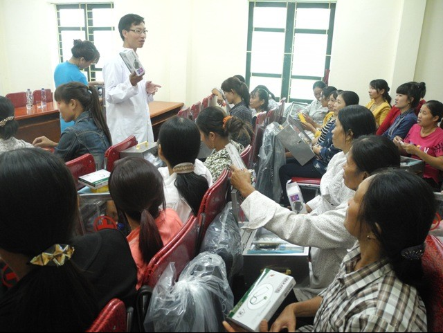 BS Nguyễn Tuấn Đức - Viện Y học biển Việt Nam đang hướng dẫn cho bà con ngư dân Nghệ An sử dụng thuốc có trong tủ thuốc. Hội trường Trung tâm Y tế huyện Quỳnh Lưu chật kín người, đa số là chị em phụ nữ.