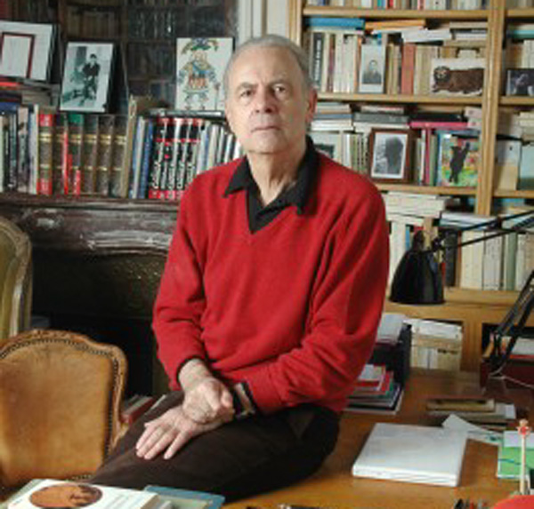 Nhà văn Patrick Modanio bên các tác phẩm của mình