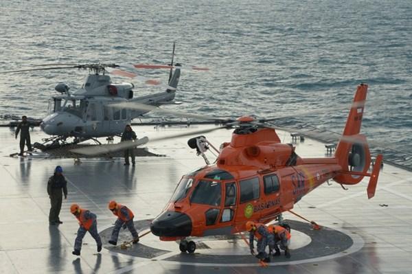 Một chiếc trực thăng cứu hộ được chuẩn bị để hỗ trợ đội trục vớt