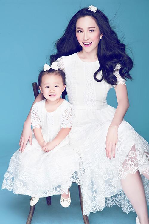 [CaptionMới đây, nghệ sĩ múa Linh Nga vừa thực hiện một bộ ảnh mới chụp cùng con gái trong studio. Với tông nền xanh dương mát mắt, hai mẹ con diện những bộ trang phục đôi màu trắng vô cùng nữ tính và dịu dàng.