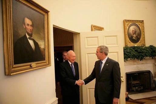 Cựu Tổng thống Mỹ George W. Bush trong một lần tiếp ông Lý Quang Diệu. Ảnh: Facebook