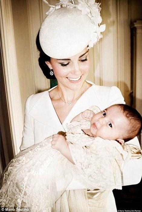 Ảnh Công nương Kate cười hạnh phúc, ngắm nhìn công chúa Charlotte Elizabeth Diana trên tay.