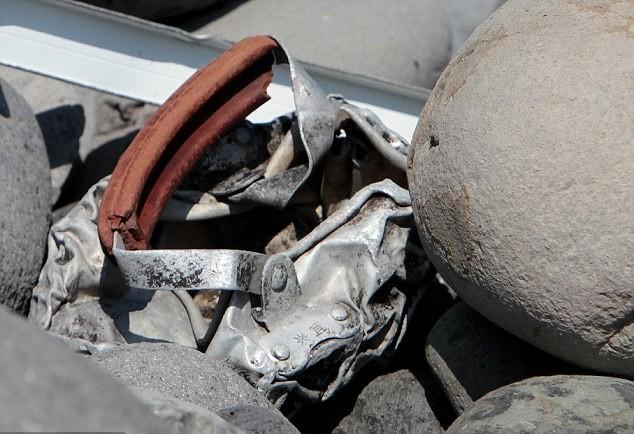 Mảnh vụn kim loại được tìm thấy trên bãi biển ở Saint-Denis, đảo Reunion của Pháp được xác nhận là mảnh vụn của một cái thang, chứ không phải là một phần của máy bay như suy nghĩ ban đầu của các nhà tìm kiếm