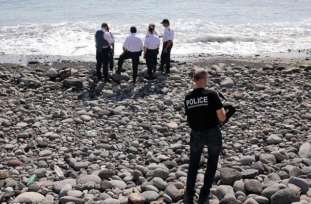 Mảnh vỡ được phát hiện khi có những tin đồn về một phần của cánh cửa máy bay được tìm thấy