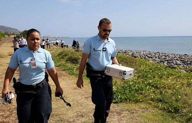 Các quan chức hiện nay xác nhận, họ đang phân tích mảnh kim loại được tìm thấy trên đảo. Phần cánh máy bay được tìm thấy hiện đang ở Pháp